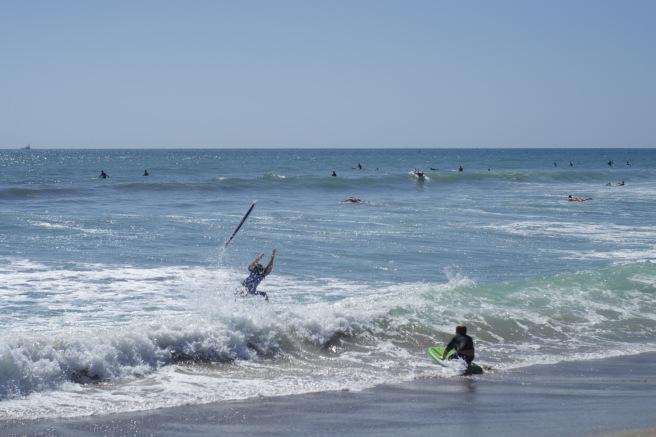 Dá até pra ficar parado assistindo o povo tomando um caldo das ondas